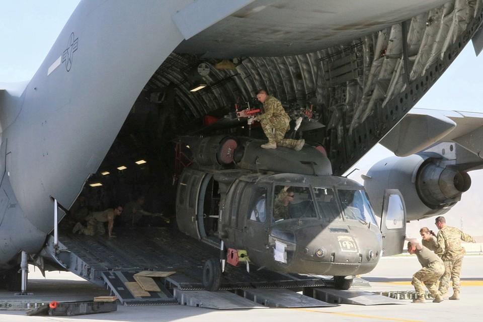 Погрузка вертолета ВВС США в транспортный самолет во время эвакуации из Афганистана.