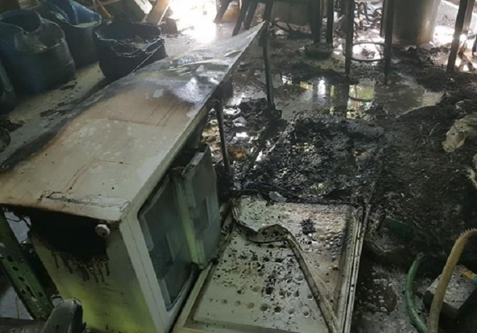 Вот так выглядит помещение лаборатории в Академгородке, где сегодня днем произошел технологический хлопок и пострадал сотрудник 44 лет. Фото ГУ МЧС России по Томской области.