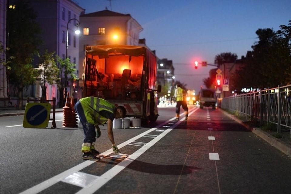 Сегодня ночью дорожные рабочие нанесли двухкилометровую велосипедную разметку