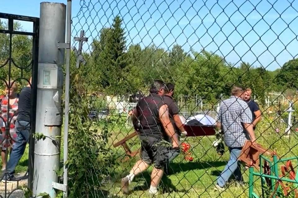 Появилось видео с похорон журналиста Романа Сивцова, умершего от осиных укусов.