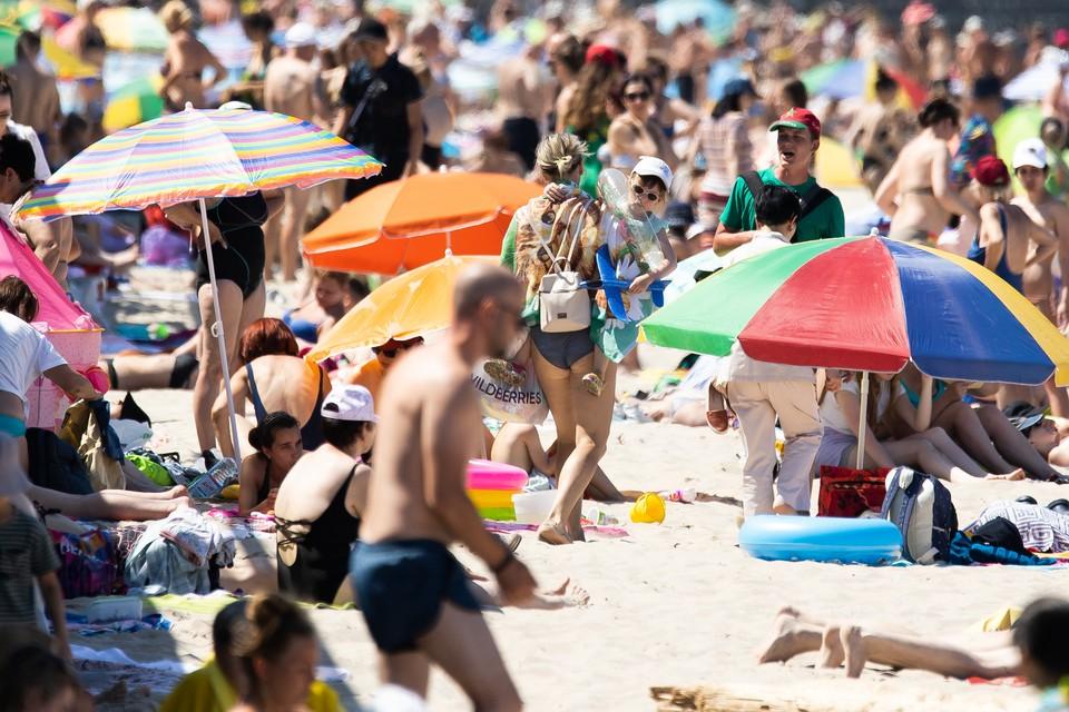 Отдыхающих у нас все больше, в солнечный день пляжи переполнены.