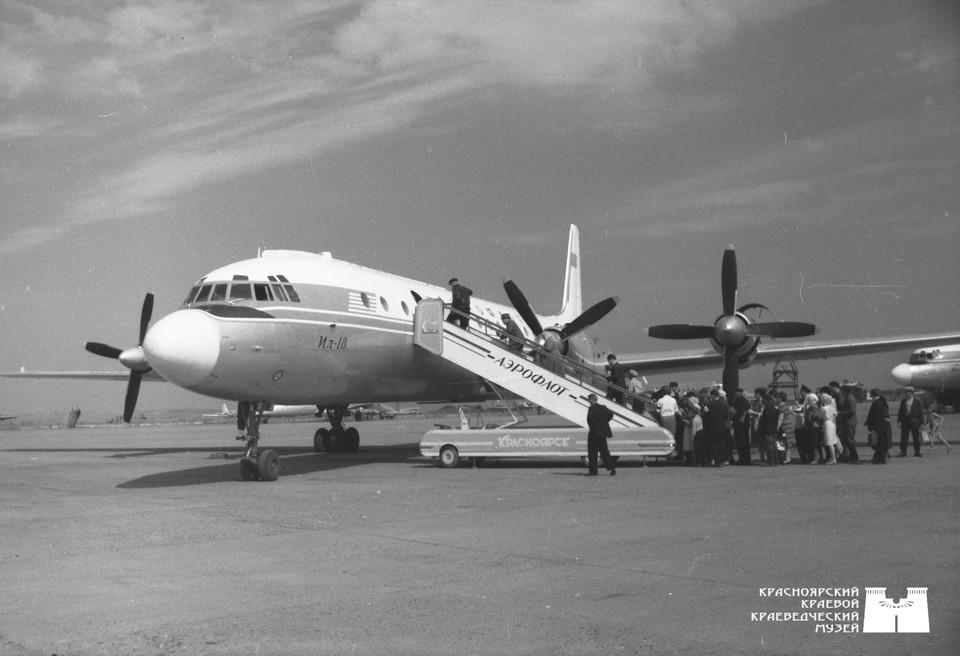 Самолет ИЛ-18 в аэропорту Красноярска, 1965 год. Фото: Красноярский краевой краеведческий музей