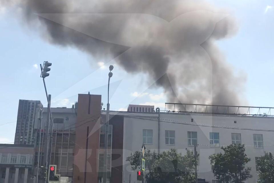 В службу спасения поступило сообщение о пожаре в двухэтажном здании на Волгоградском проспекте.