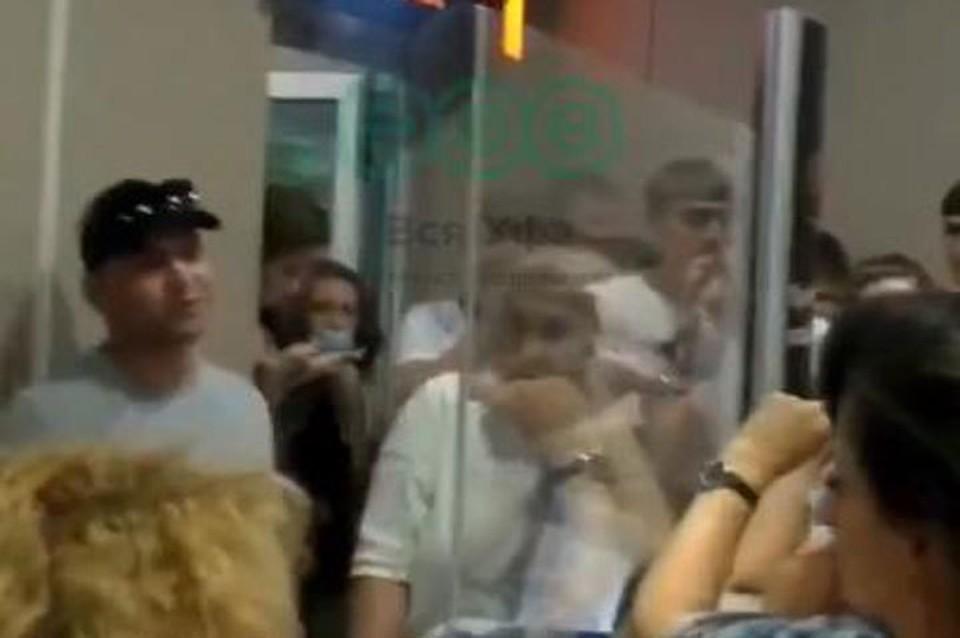Возмущенные люди собрались в здании аэропорта Фото: Вся Уфа