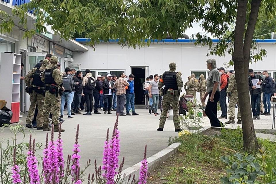 ОМОН наведался на рынок между Спортивной и Луговой. Источник: предоставлено читателем «КП-Владивосток»