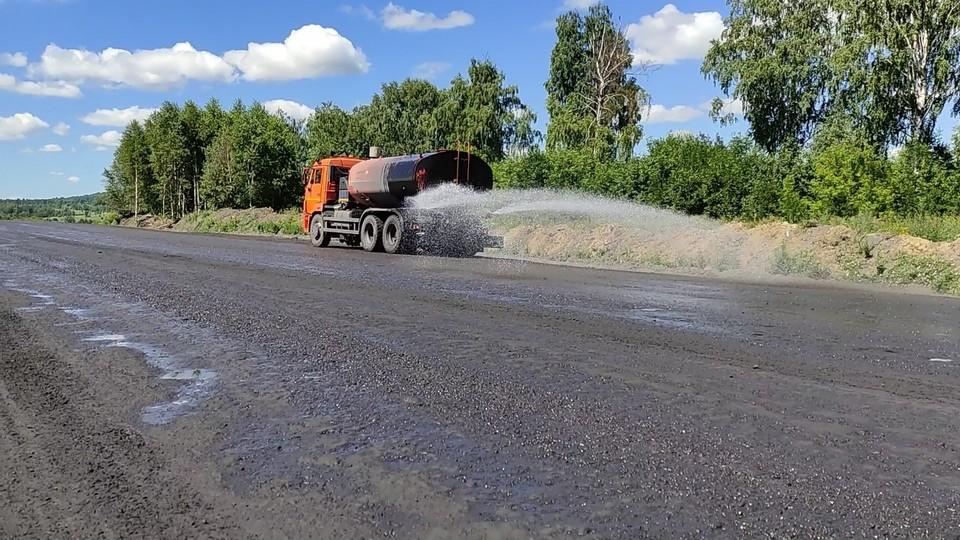 Технологические дороги разреза обрабатывают специальным наносоставом для долговременного пылеподавления. Фото: пресс-служба компании АО «Стройсервис».