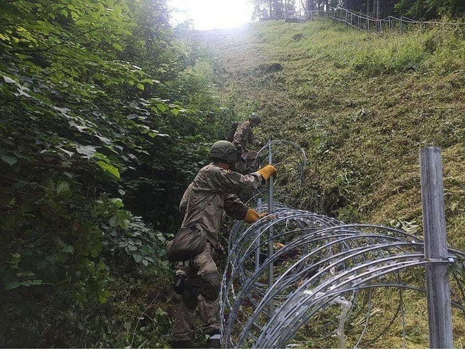 На литовско-белорусской границе начали строить забор из колючей проволоки. Фото: diena.lt.
