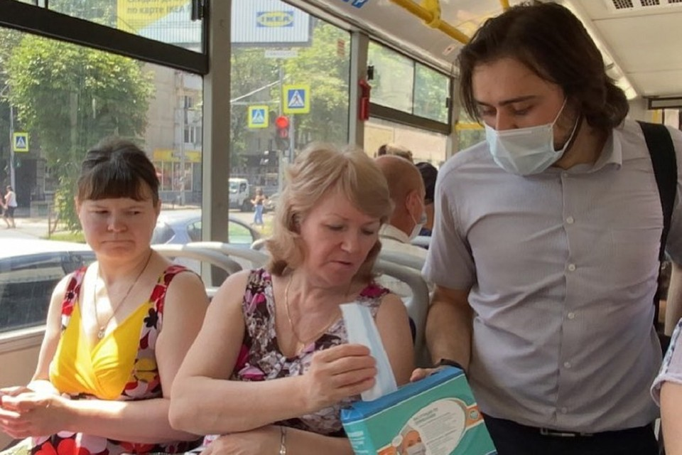 В транспорте стали выдавать маски безмасочникам. Фото: аккаунт Алексея Логвиненко в Инстаграм