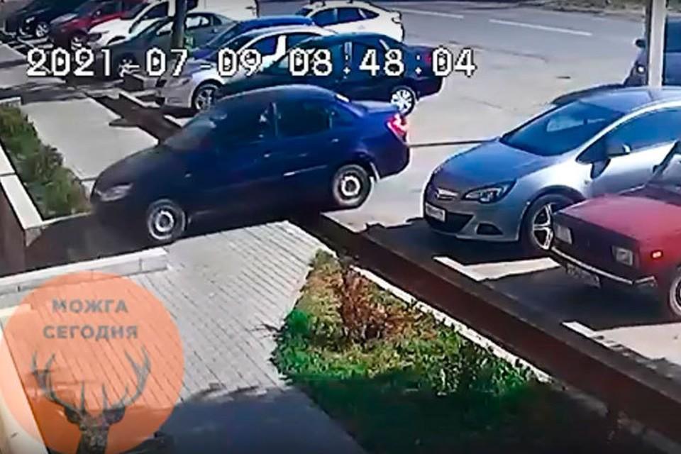 В Можге припаркованный автомобиль съехал с автостоянки. Скриншот с видео