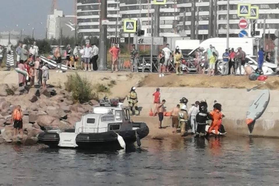 Появилось видео с места перевернувшейся лодки с людьми в Петербурге