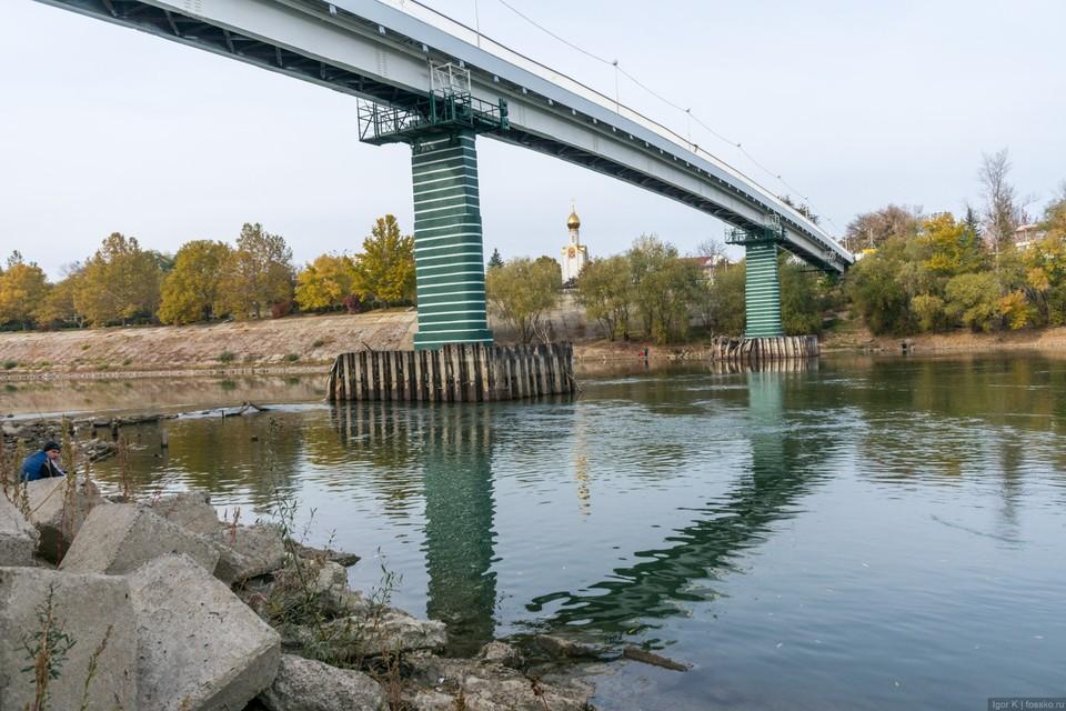 Подросток хотел сброситься с моста в реку. Фото: соцсети