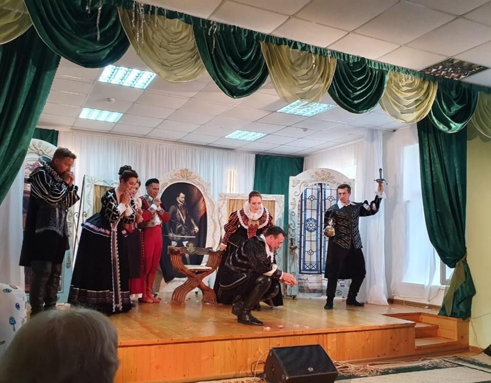 Белгородский драмтеатр привозит всегда новые спектакли. Фото пресс-службы администрации Грайворонского городского округа.