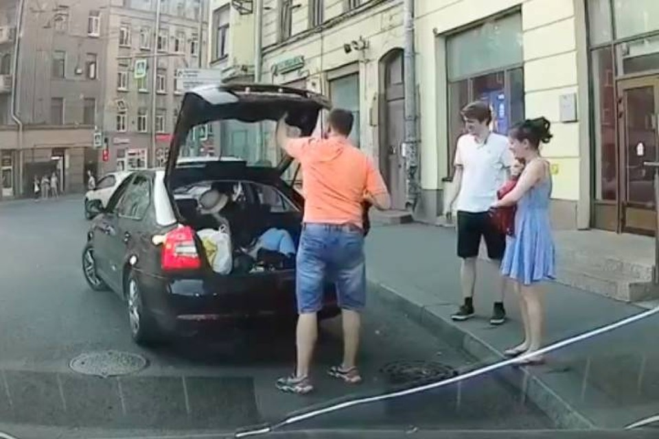 Машину с человеком в багажнике заметили в Петербурге