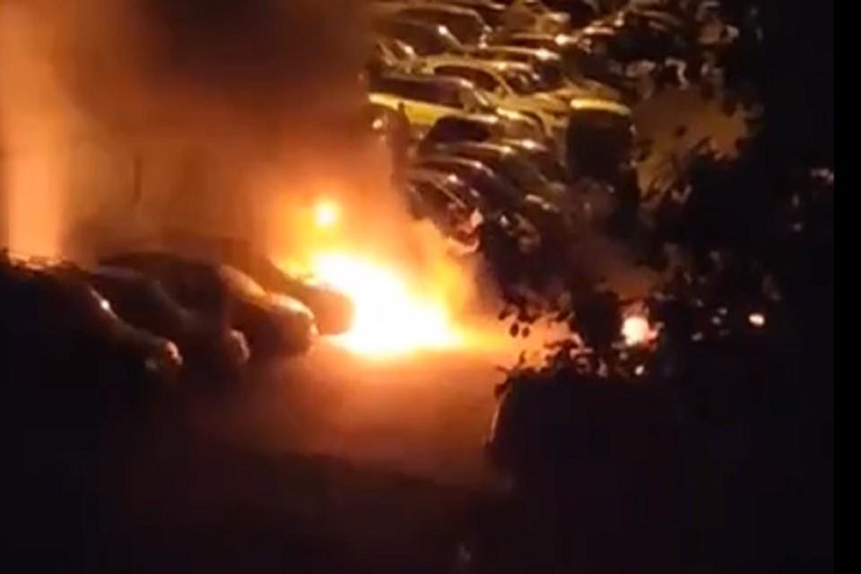 Автомобили до приезда пожарных тушили очевидцы. Фото: стоп-кадр.