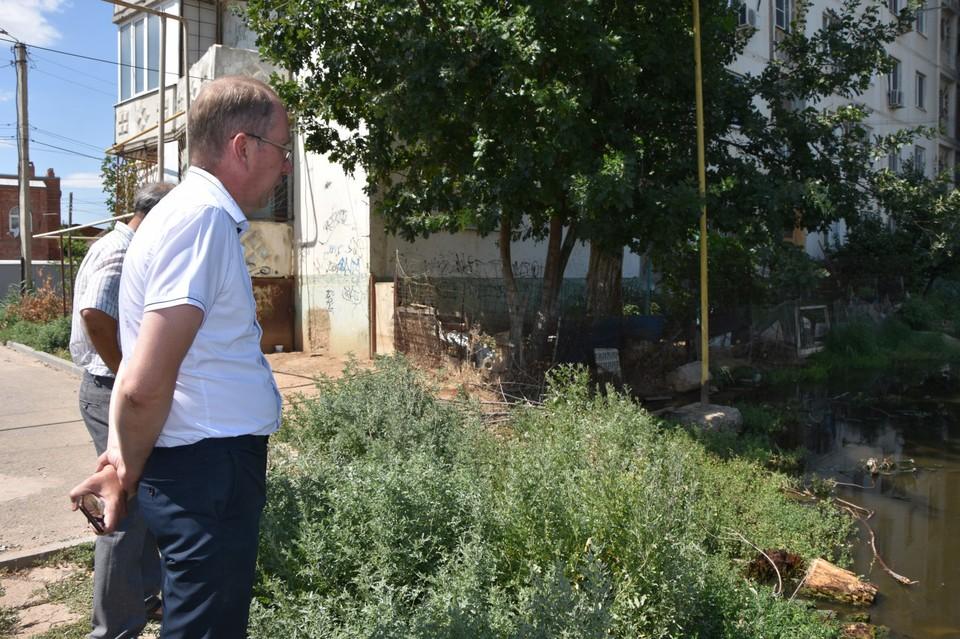 В Астрахани депутаты Городской думы встретились с жильцами затопляемого дома
