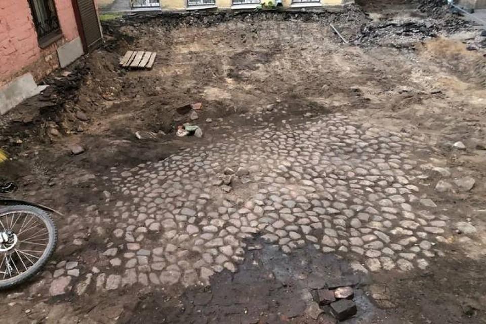 В Петербурге во дворе дома нашли дореволюционную брусчатку / Фото: ВООПИиК