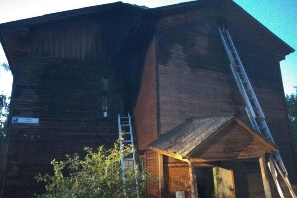Огонь вспыхнул ночью в районе второго этажа деревянного здания. Фото: 43.mchs.gov.ru