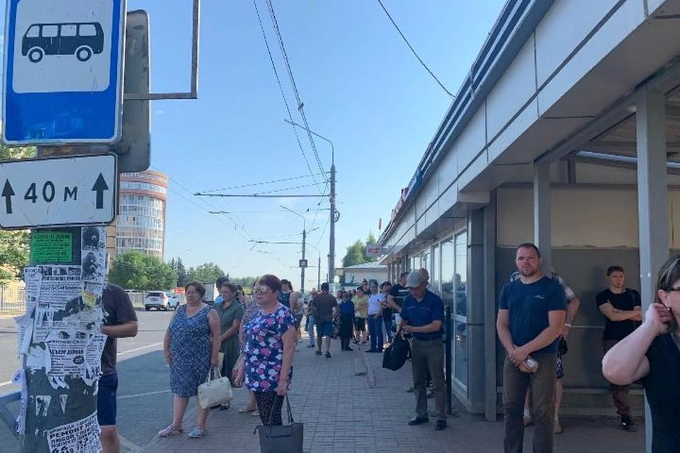 """Ярославцы в 7:00 ждут на остановке """"Кресты"""" свой автобус."""