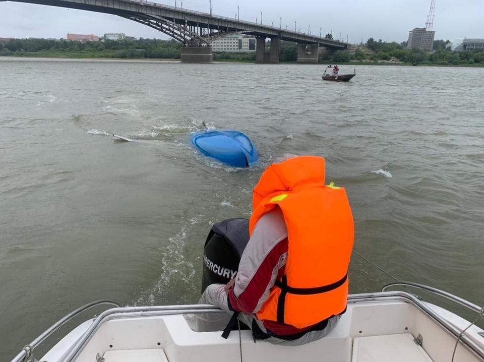 Мужчине пришлось дожидаться спасателей в воде рядом с лодкой. Фото: пресс-служба ГУ МЧС по Омской области