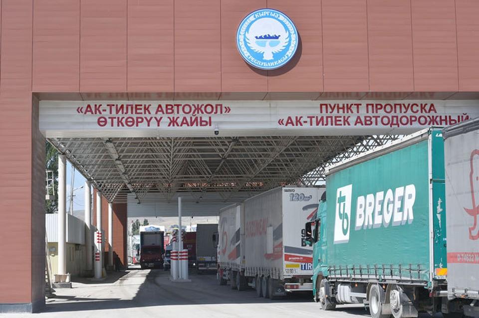 На этом участке госграницы наблюдается скопление грузовиков.