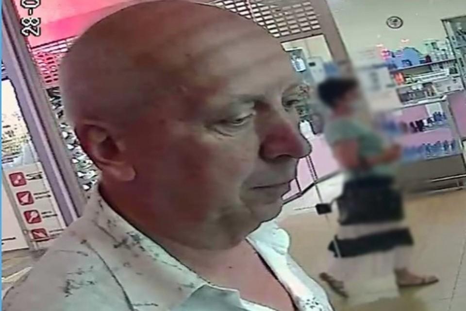 Этот мужчина получил от кассира в обменнике больше денег, чем ему причиталось, и не вернул. Теперь его ищет милиция. Фото: УВД.