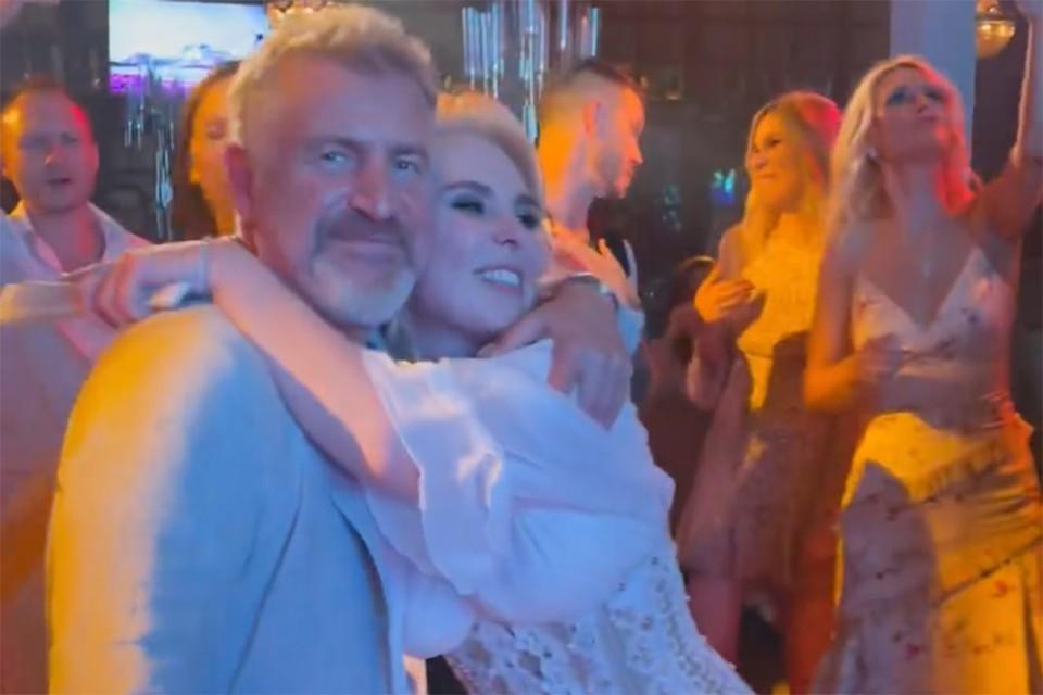 Именинница с Леонидом Агутиным на танцполе в жарком танце.