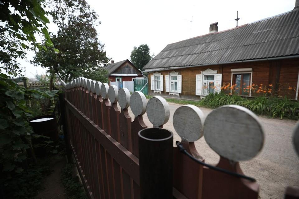 Частные дома притаились на горочке - напротив Музыкального театра