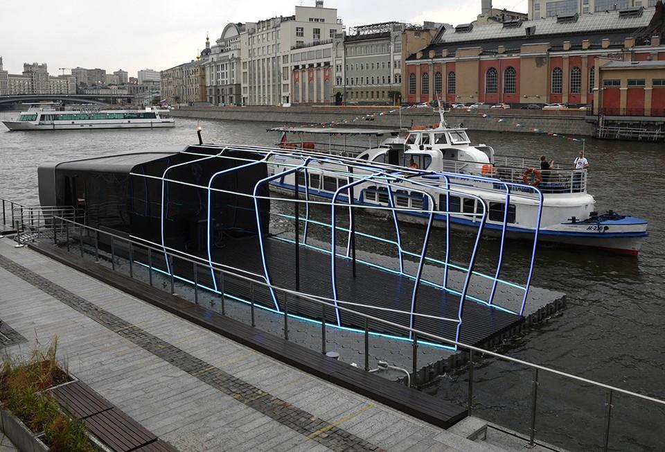 Макет будущего московского электрического речного трамвайчика, пришвартованный у причала «Зарядье».
