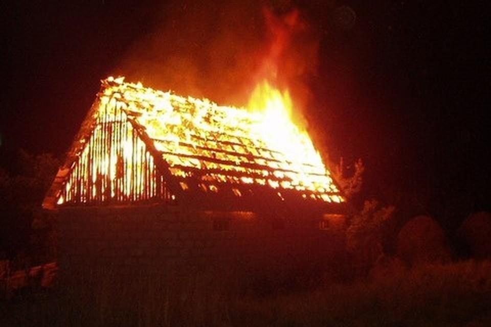К моменту прибытия первого пожарного подразделения строение горело открытым пламенем на площади 120 кв. метров