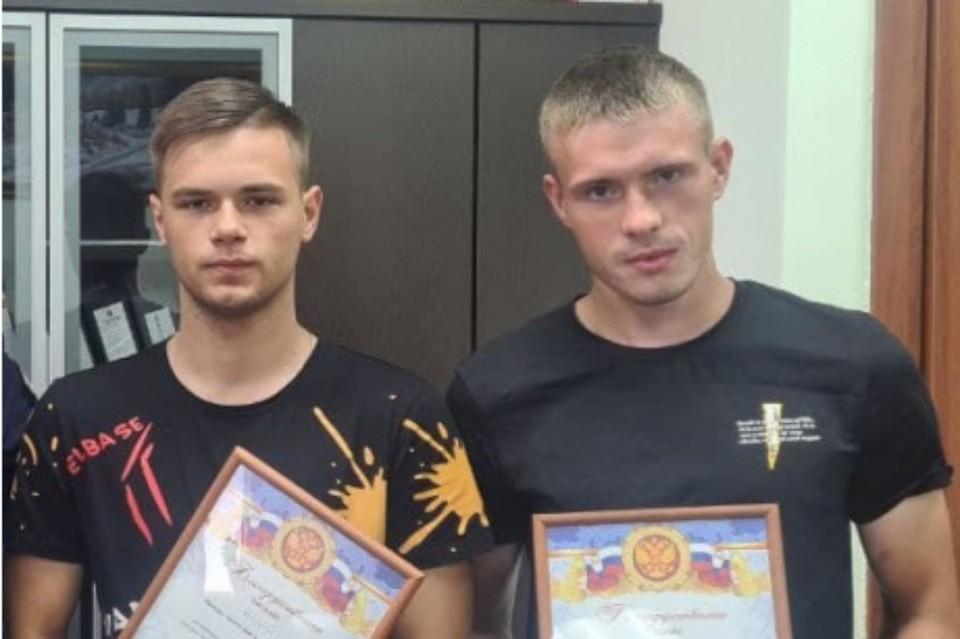 Анатолий Попов (слева) и Владислав Колесников с грамотами от МВД.