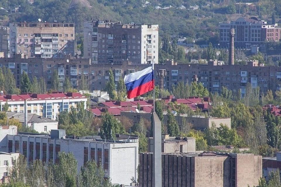 Флаг России для жителей ДНР - символ их будущего, за которое они борются вот уже восьмой год