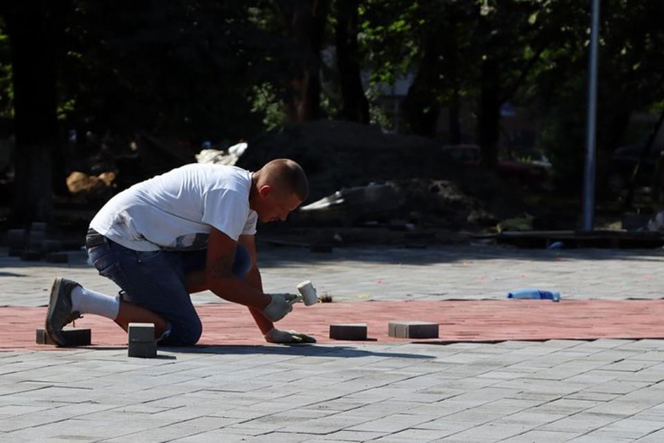 В Бежицком районе Брянска в Пролетарском сквере подрядчик завершает укладку тротуарной плитки на центральных аллеях.