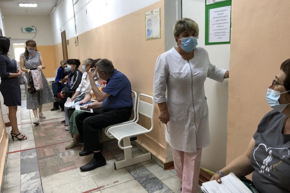 В поликлинике №15 очередь из 12 человек