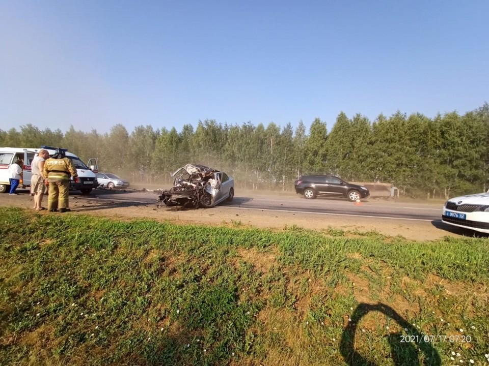 Три человека погибли в лобовой аварии с КамАЗ на рязанской трассе.