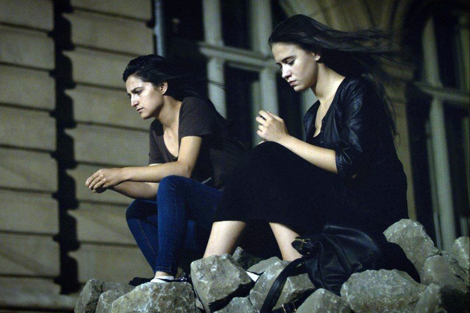 «Женщины плачут» - это групповой портрет женщин, связанных тесными семейными узами