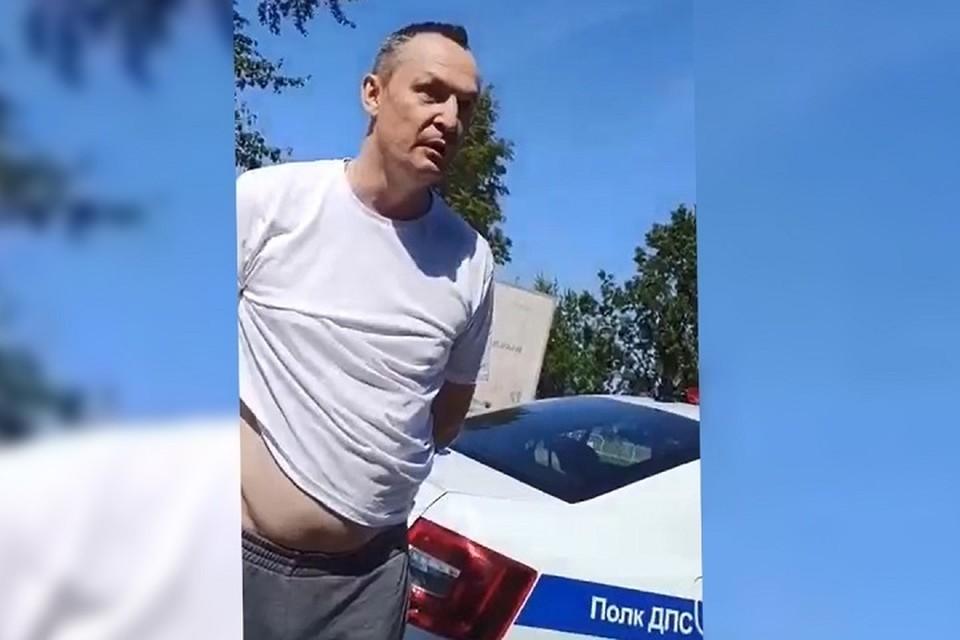 На Алексея Бурнашова надели наручники, но он продолжал оскорблять сотрудников ГИБДД. Фото: скрин с видео.