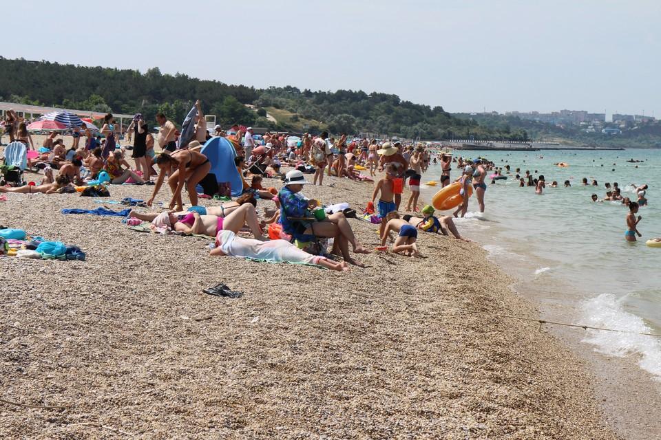 В жару лучше всего отдыхать на пляже.