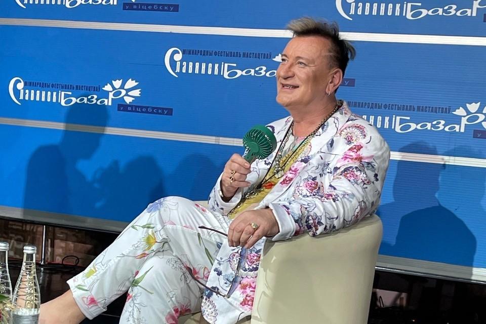 В раскаленном от жары Витебске певец спасался мобильным вентилятором.
