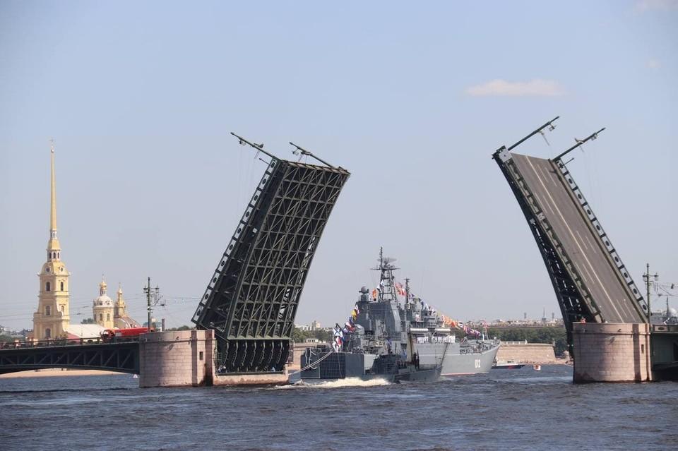 Первая сводная репетиция главного праздника моряков прошла в Петербурге.
