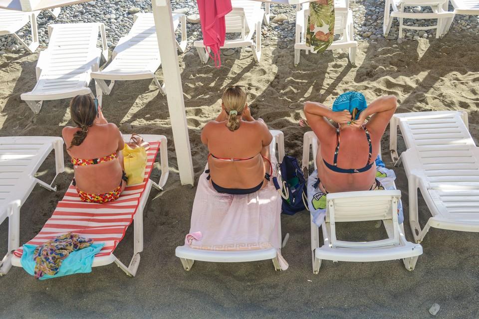 Тем временем на пляжах Сочи все равно аншлаг