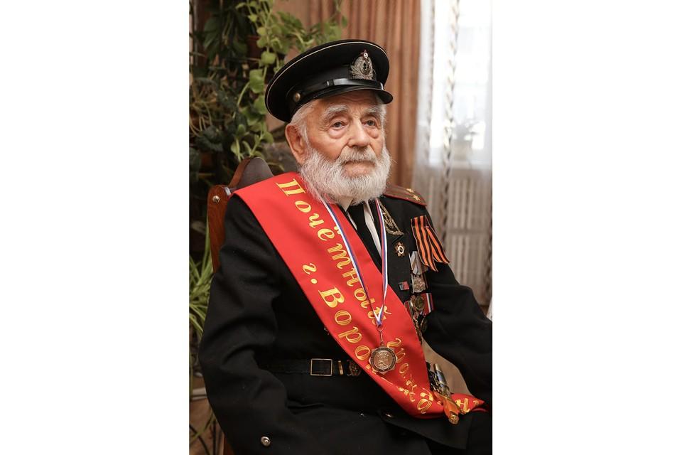Ранее Иван Николаевич всегда встречал гостей при полном параде: на груди у подполковника медицинской службы красовались многочисленные ордена и медали, в том числе, и за освобождение Воронежа