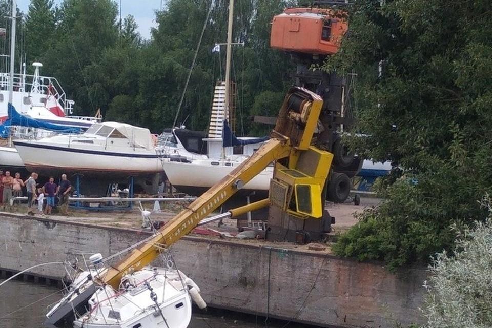 Авокран едва не укатился в воду вслед за яхтой. Фото: ДТП и ЧП | Санкт-Петербург | Питер Онлайн | СПб.