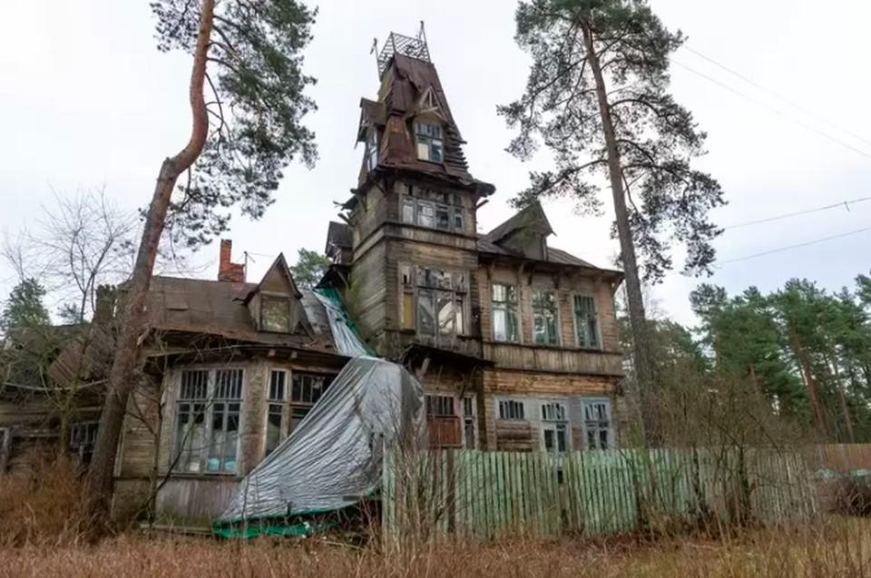 В Сестрорецке семья с детьми живет в разрушающемся памятнике архитектуры