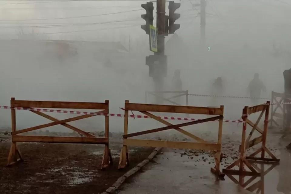 Прорыв теплосетей произошел во дворе дома №17 по улице Северо-Садовой. Фото: vk.com/kirovoficial