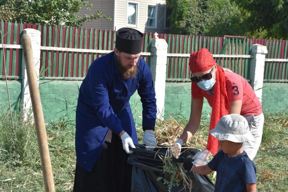По инициативе Председателя Городской Думы Игоря Седова состоялся субботник на территории Православного Прихода Храма Святителя Николая