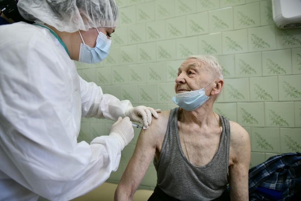 Уже 4,6 тысячи приморских пенсионеров сделали прививку от коронавируса благодаря работе междисциплинарных бригад.