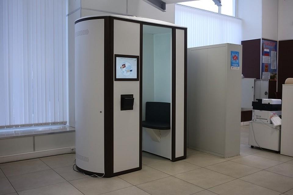 В такой кабине можно отсканировать отпечатки пальцев. Фото: сайт администрации Ростова