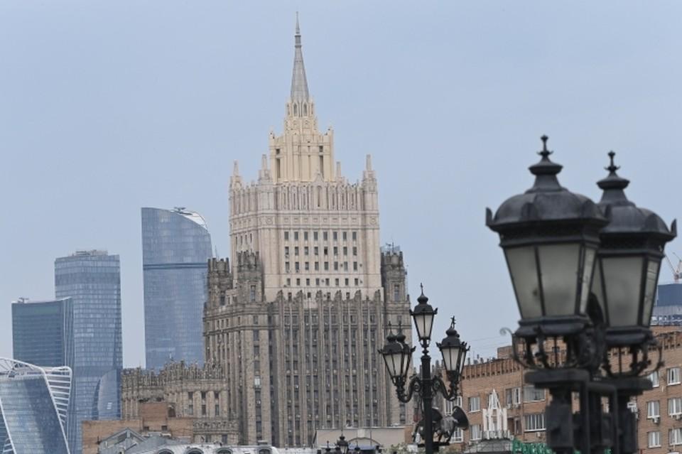 МИД РФ заявил, что Россия будет твердо противостоять давлению со стороны США