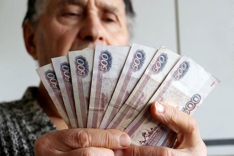 Сейчас пенсии каждый год повышают на уровень инфляции. Но только у неработающих пенсионеров.