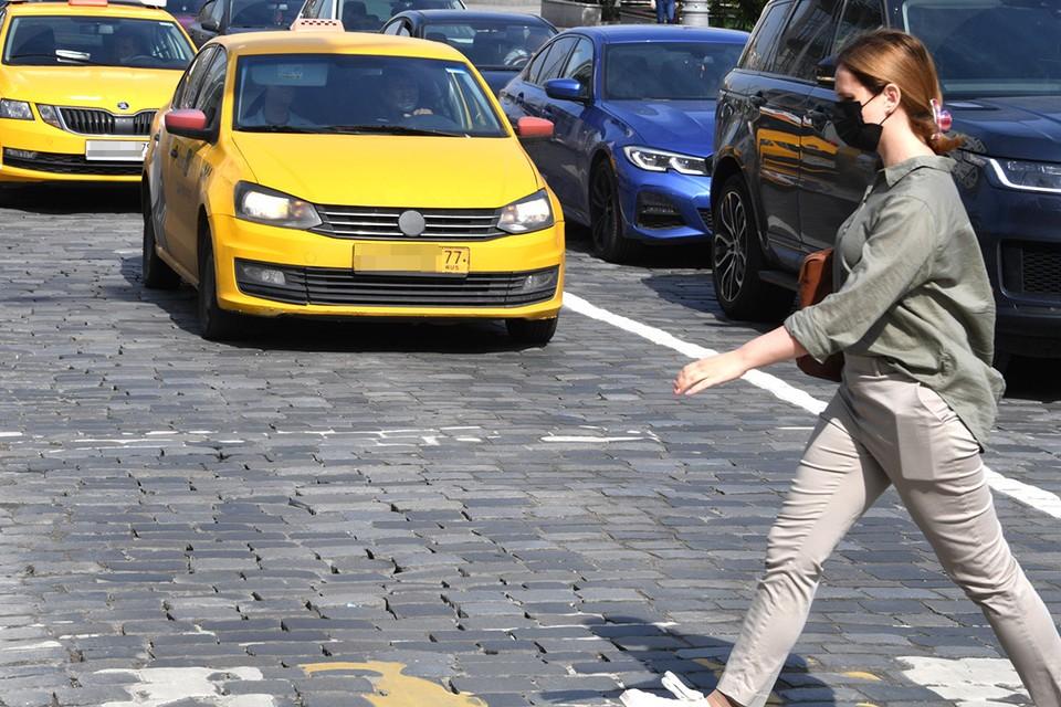 Москвичке приходится платить штрафы за действия неизвестных ей таксистов.